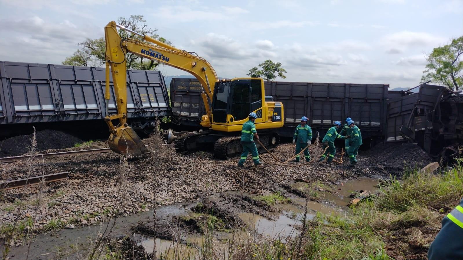 Vagões de trem com carvão mineral descarrilam e tombam no Sul de SC