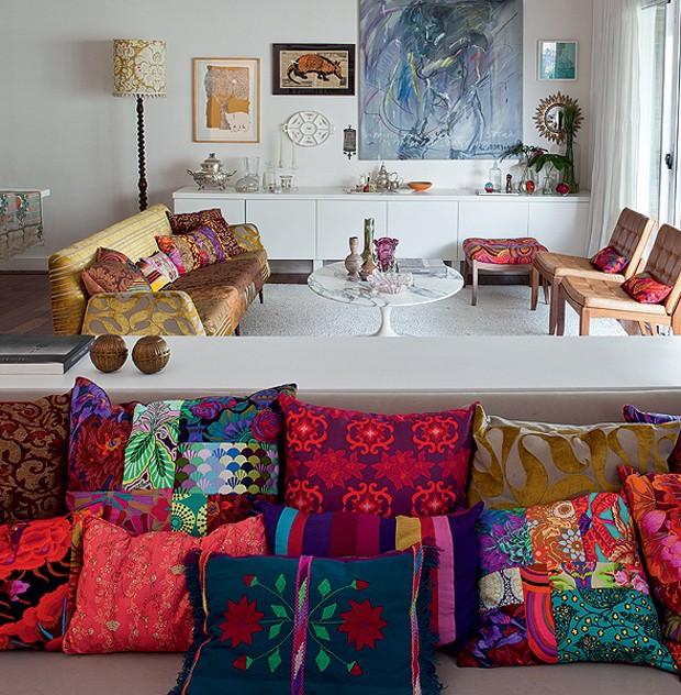 A designer Ana Morelli é especialista em combinar estampas, por causa de seu trabalho com patchwork. Em sua casa, há várias almofadas com sua assinatura. A mistura dá certo, pois todas têm algo em comum: as cores vibrantes (Foto: Lufe Gomes/Casa e Jardim)