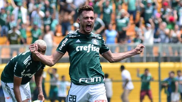 Hyoran comemora o segundo gol do Palmeiras no fim do primeiro tempo
