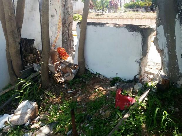 Após arrastar a moto, mulher bateu o carro em um muro (Foto: Grissia Bueno/TV Fronteira)