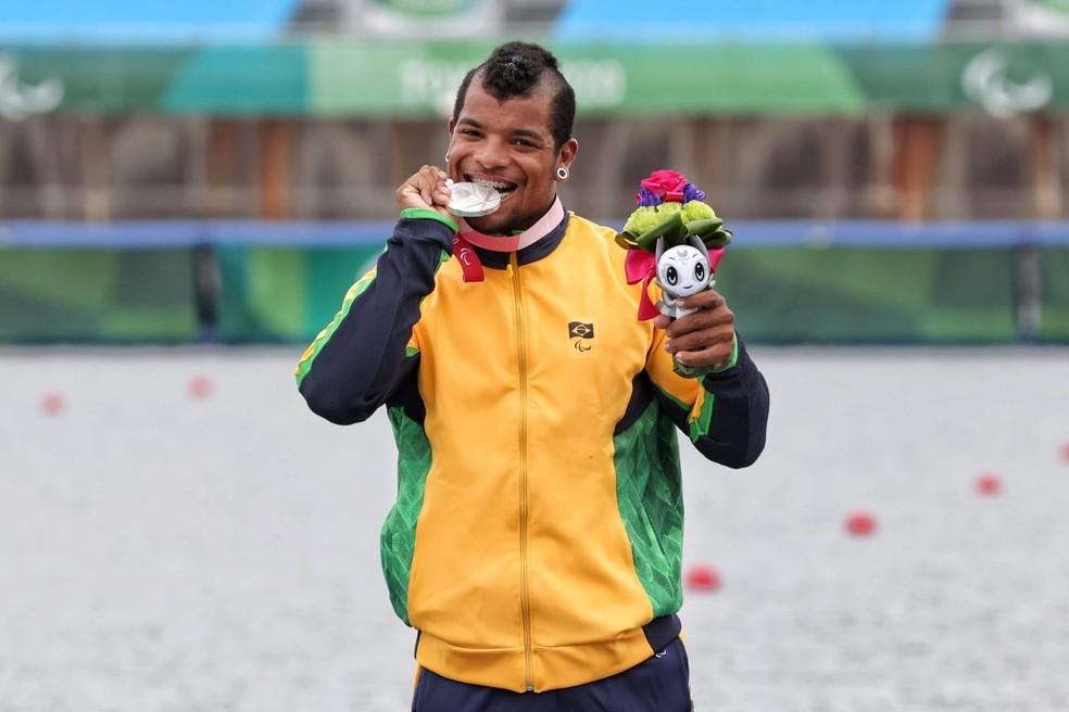 Giovane Vieira recebe a medalha de prata da VL3 — Foto: Miriam Jeske/CPB