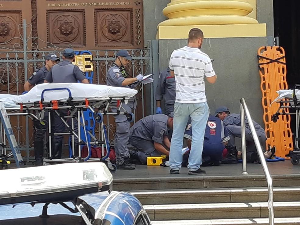Vítimas são atendidas pelo Samu e Bombeiros, na Catedral — Foto: Johnny Inselsperger / EPTV