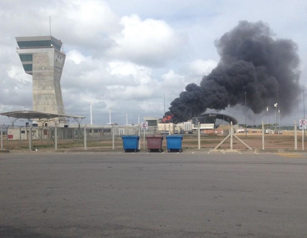 Chamas atingiram torre de refrigeração do Aeroporto de Natal (Foto: Cedida)