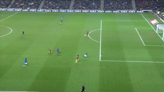 Goleiro de Camarões sai do gol como louco, e Gabriel Jesus chuta na trave