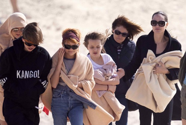 Angelina Jolie with the kids on the beach in Spain (photo: The Grosby Group)