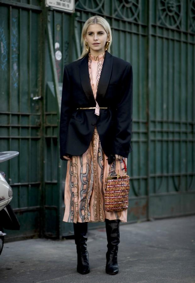 Botas de cano alto com saia midi e jaqueta (ou blazer) é uma das combinações preferidas  (Foto: Getty)