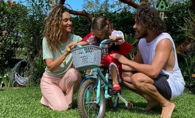 Débora Nascimento, Bella e José Loreto se reuniram no aniversário da menina (Foto: Reprodução)