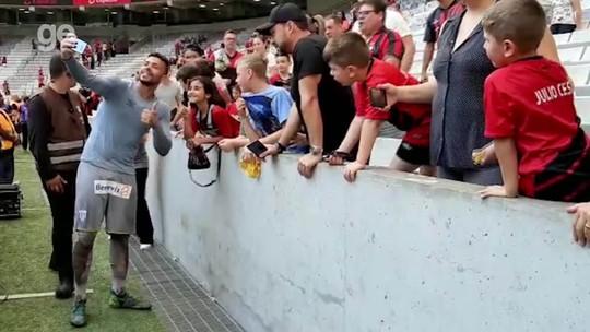 Após derrota em casa, torcedores do Athletico tiram fotos com o goleiro Vladimir, herói do Avaí