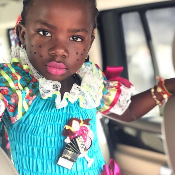 Gio Ewbank mostra Titi vestida para festa junina (Foto: Reprodução)