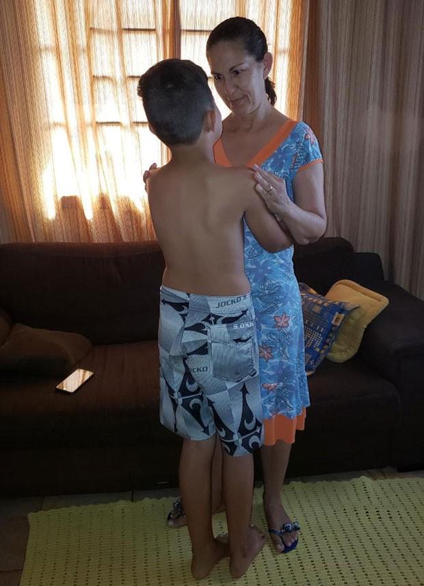 Sônia mostra o neto, Bruninho, que hoje está com 1,47 m: O médico disse que ele vai passar dos 2 m (Foto: Arquivo pessoal)