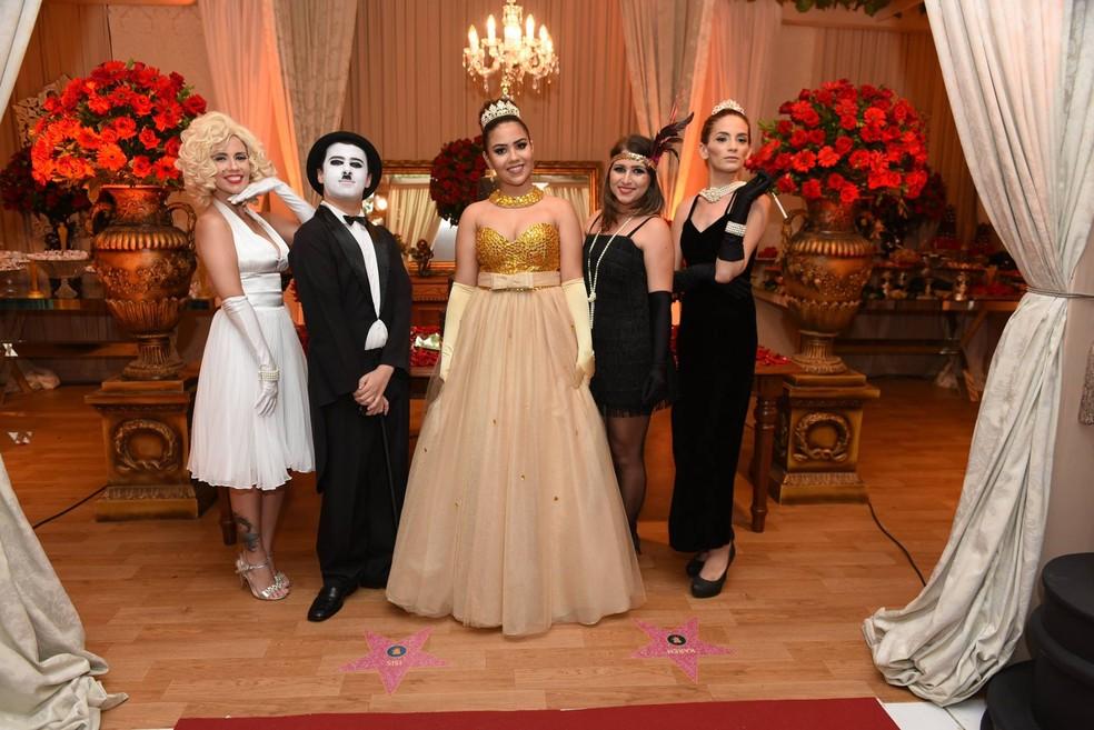 Barbara e amigos na festa de 15 anos com o tema 'Oscar'. — Foto: Arquivo pessoal