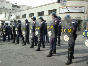 Guardas-civis posicionados na região da Rua 25 de Março (Foto: Glauco Araújo/G1)