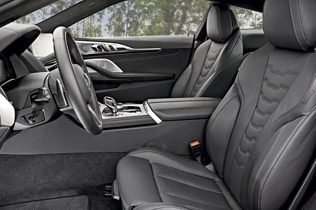 BMW Série 8 - Já o banco do motorista permite até ajustar os apoios laterais  (Foto: Christian Castanho)
