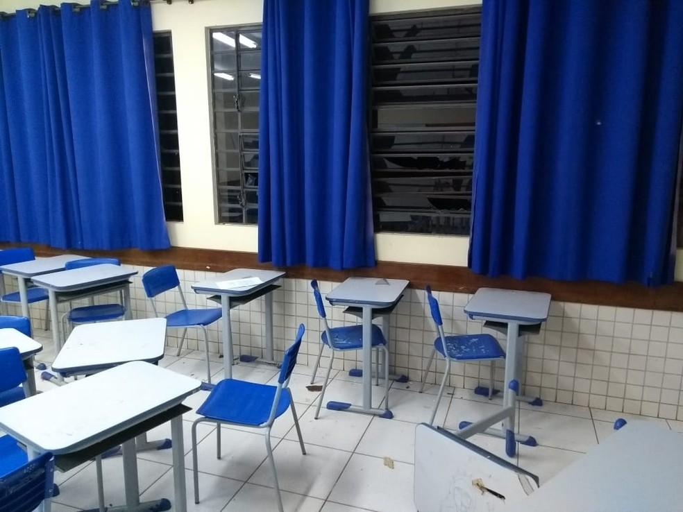 Os adolescentes deram golpes de machado em mesas, paredes e janelas da sala de aula — Foto: Divulgação/PMPR