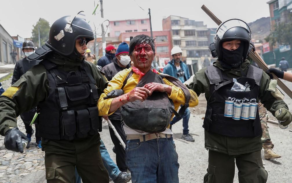 Policiais prendem manifestante ferido em protesto em La Paz, Bolívia, nesta segunda-feira (11) — Foto: Carlos Garcia Rawlins /Reuters