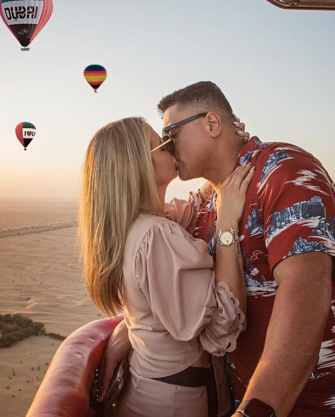 Carla Perez e Xanddy trocam beijos em cima de balão em Dubai: 'Eu, você e o nascer do sol'
