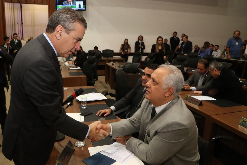 Deputado Paulo Corrêa parabeniza Flavio Kayatt após ler indicação para vaga de conselheiro do TCE-MS na sessão de terça-feira (Foto: Victor Chileno/ALMS)