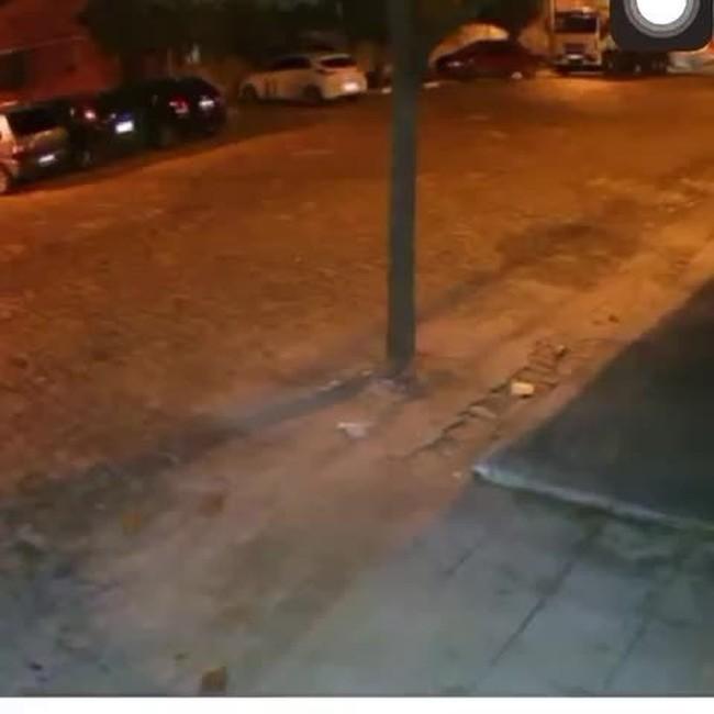 Câmeras de segurança mostram casal suspeito de assassinato na rua com criança desaparecida