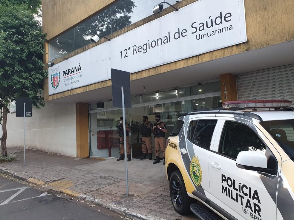 Policiais foram até a sede da 12ª Regional de Saúde — Foto: Diego Canci/RPC