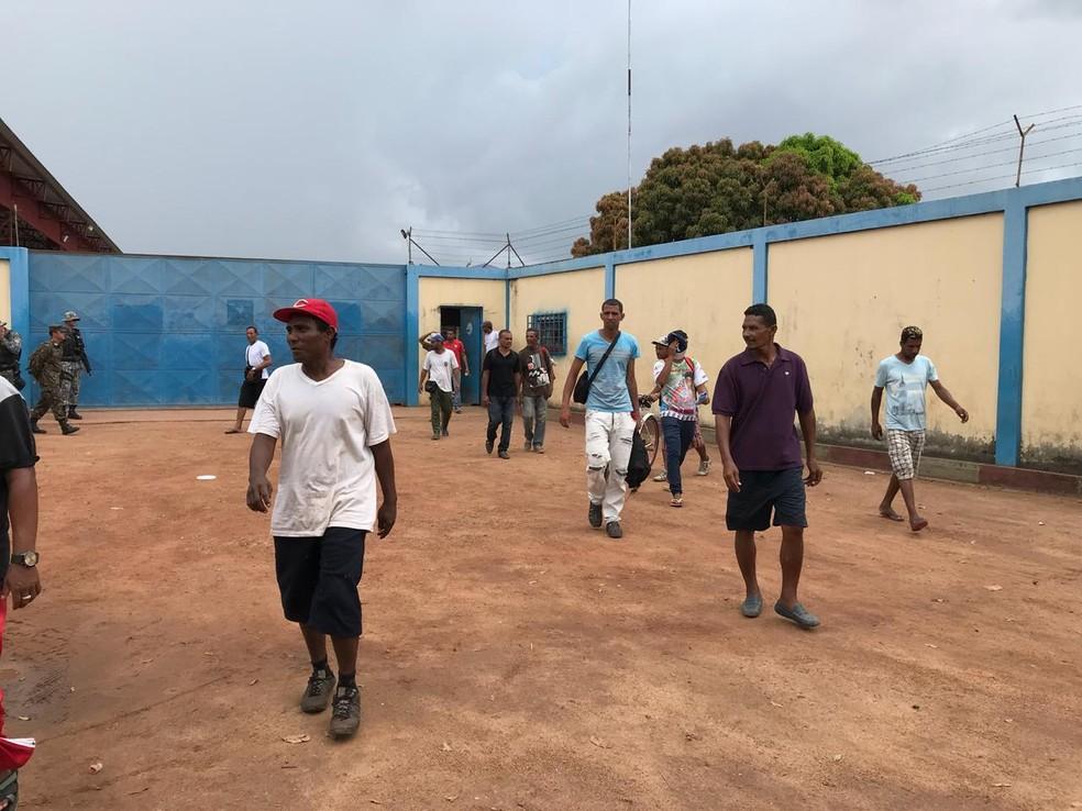 Imigrantes deixam o abrigo Jardim Floresta após correram para se abrigar no local (Foto: Inaê Brandão/G1 RR)