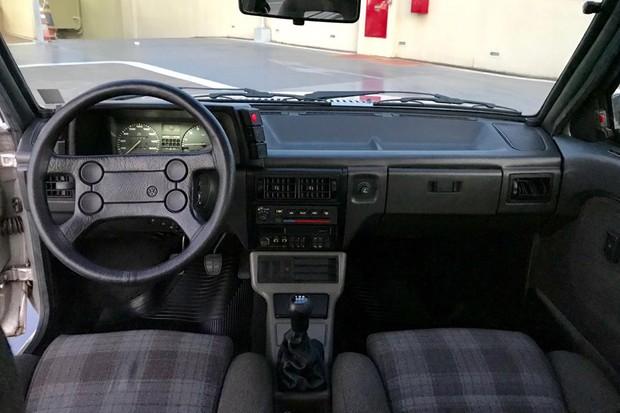 Interior inclui volante e manopla de câmbio revestidos de couro (Foto: Henrique Almeida/Reprodução)