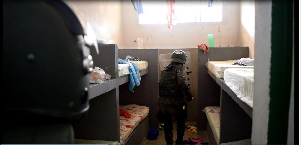 Varredura foi feita no pátio e dentro das celas dos dois presídios (Foto: Assessoria/ 17ª Bda Inf Sl )