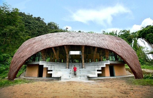 Em meio à floresta, espaço comunitário no Vietnã tem curioso teto curvo de palha