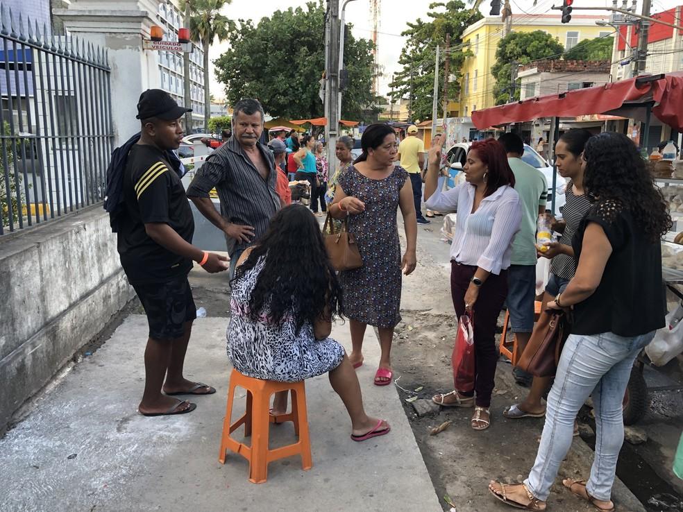 Família foi até o Imip, no Centro do Recife, buscar informações sobre desaparecimento de recém-nascido — Foto: Pedro Alves/G1
