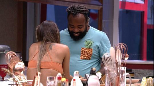 Rodrigo oferece rocambole de carne para Carolina que recusa