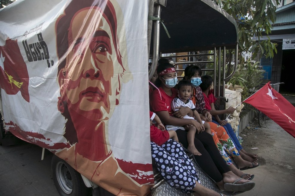 Eleitores em Mianmar em um carro de campanha de Aung San Suu Kyi, em 10 de novembro de 2020 — Foto: Sai Aung Main / AFP