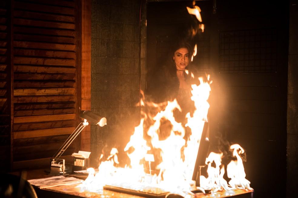 Bibi coloca fogo em restaurante para destruir provas contra Rubinho — Foto: Artur Meninea / Gshow