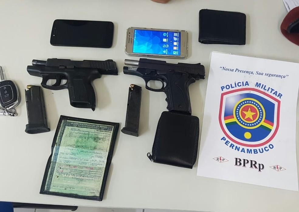 Com os sequestradores, a PM encontrou pistolas e celulares (Foto: PolA�cia Militar/DivulgaA�A?o)