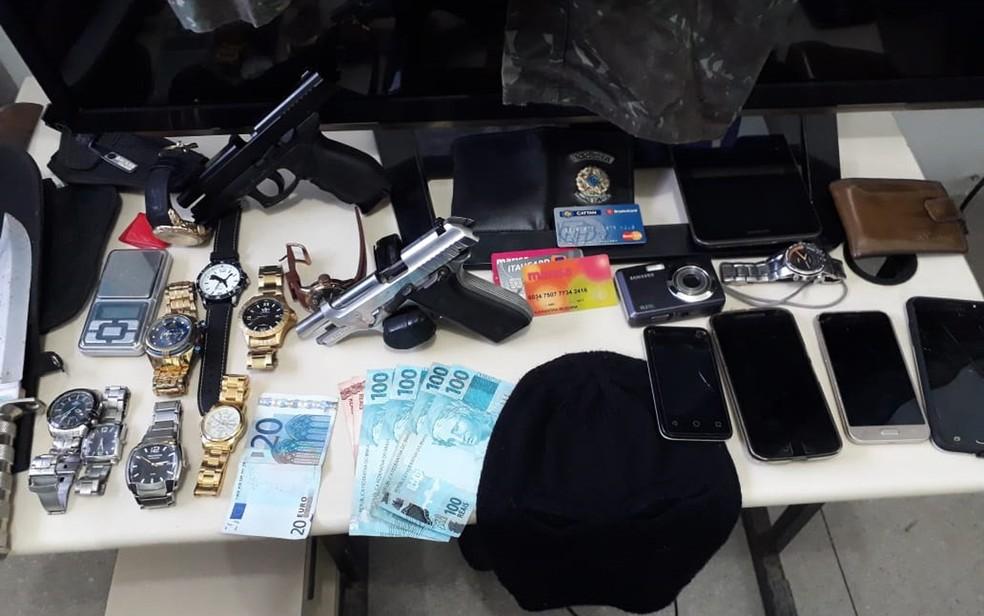 Armas e objetos roubados foram apreendidos com homem preso no Recife (Foto: Polícia Civil/Divulgação)