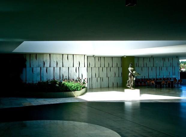 Em destaque, a escultura em bronze, Leda e o Cisne, de Alfredo Ceschiatti e, ao fundo, painel de Athos Bulcão (Foto: Ichiro Guerra/Reprodução)