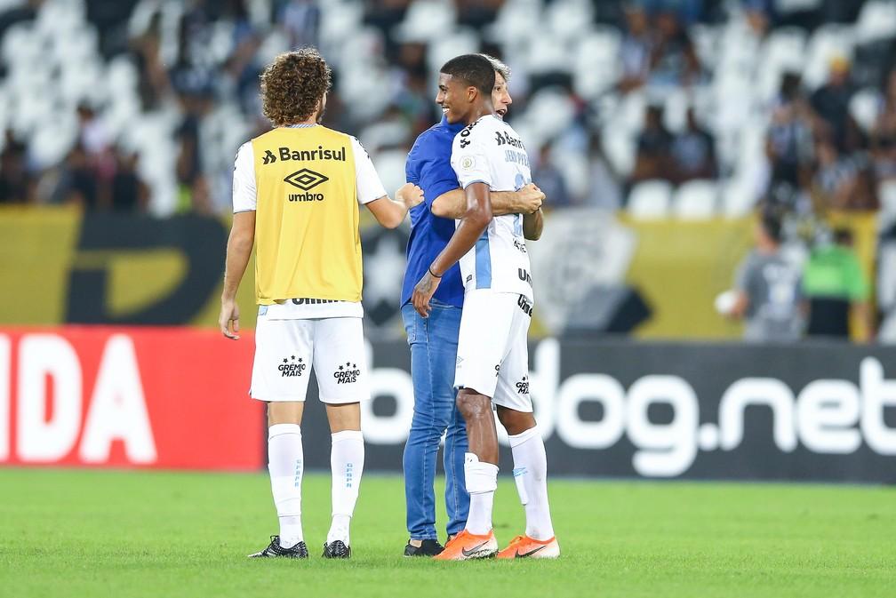 Renato abraça Jean após vitória em 2019 — Foto: Lucas Uebel/Grêmio/Divulgação