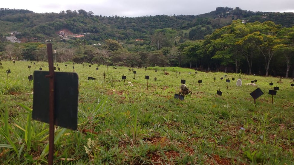 Enterro é realizado no Cemitério Cambará em São Roque — Foto: Matheus Fazolin/G1