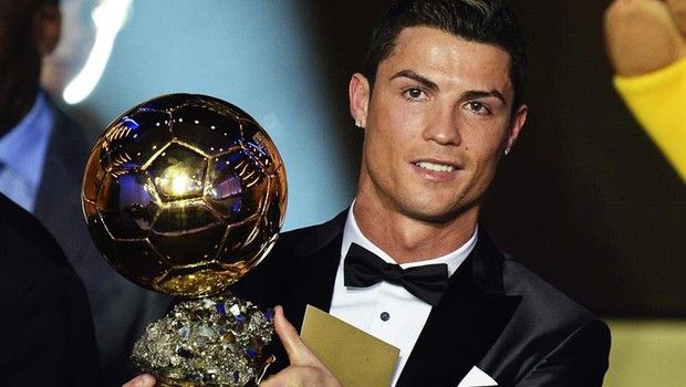 Cristiano Ronaldo recebe o prêmio Bola de Ouro de melhor jogador do ano (Foto: Agência EFE)