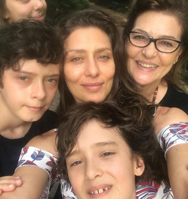 Maria Fernanda Cândido com a mãe e os filhos (Foto: Reprodução/Instagram)