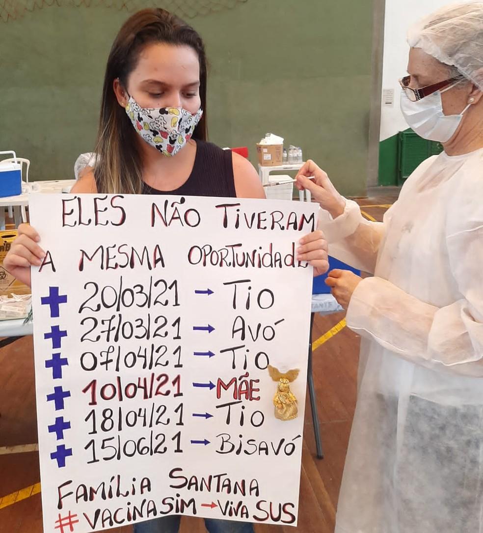 Jovem prestou homenagem aos familiares ao se imunizar em Santos, SP — Foto: Arquivo Pessoal