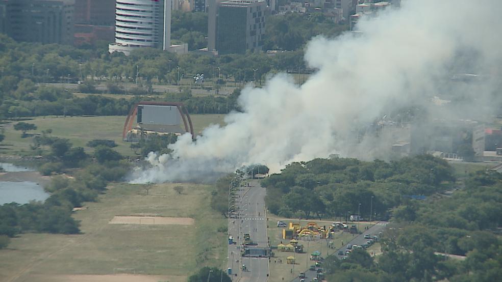 Fumaça se espalha durante incêndio em vegetação na orla do Guaíba, em Porto Alegre (Foto: Reprodução/RBS TV)