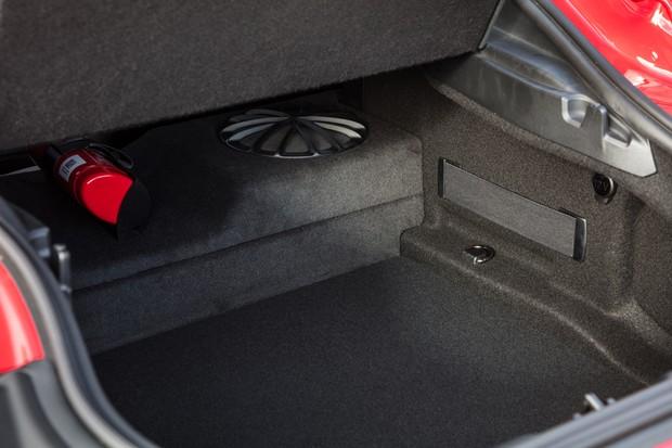 Porta-malas de 290 litros é equivalente ao de um hatch compacto (Foto: Divulgação)