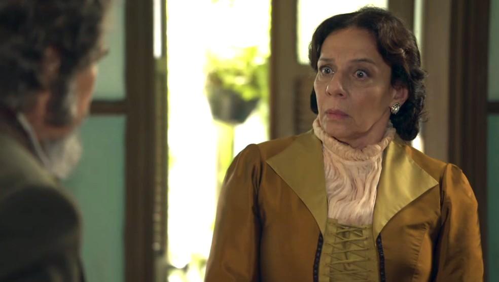 Em casa, ele conta toda a verdade a Dona Agustina, que fica surpresa (Foto: TV Globo)