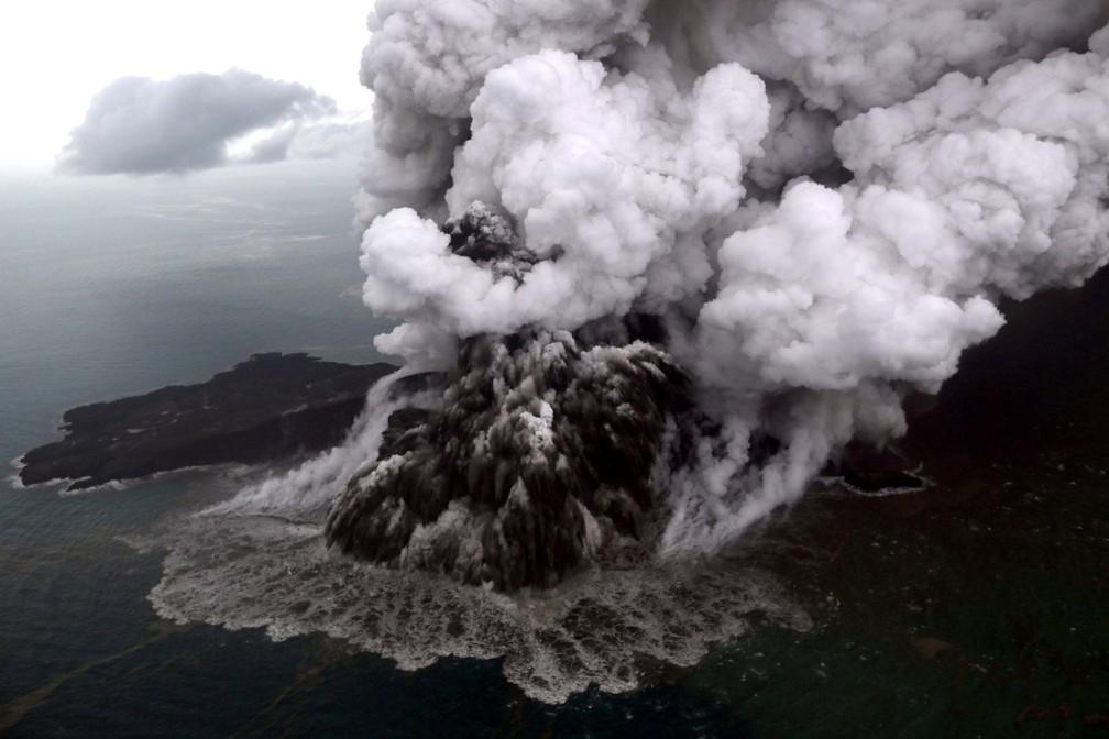 Vulcão Anak Krakatau, na Indonésia, em erupção — Foto: Antara Foto/Bisnis Indonesia/Nurul Hidayat/ via REUTERS