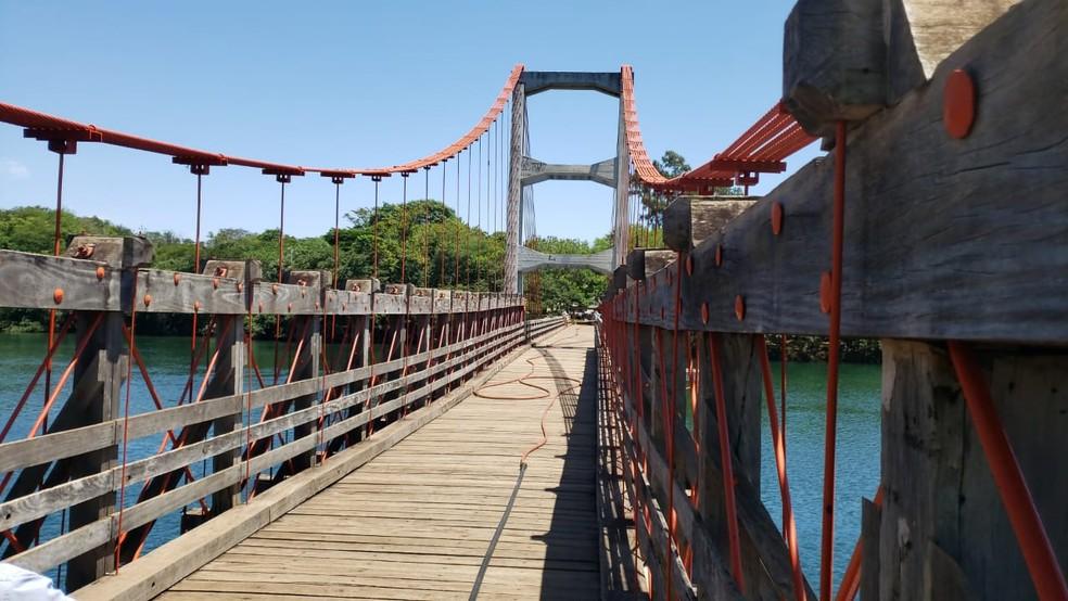 Ponte Pênsil Alves de Lima, vista a partir do lado de Chavantes (SP), que não foi atingodo pelas chamas — Foto: Cláudio Farneres/TV TEM