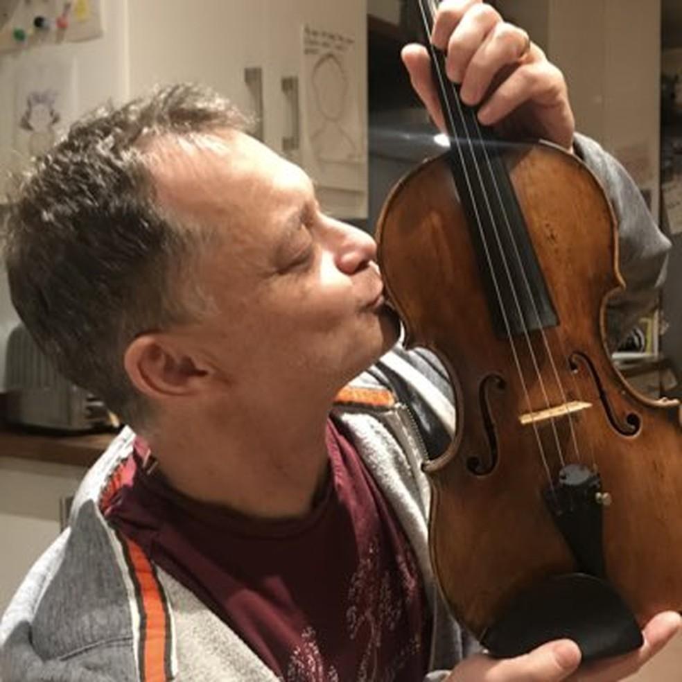 Stephen Morris conseguiu recuperar o violino no sábado (2). — Foto: Reprodução/Twitter Stephen Morris