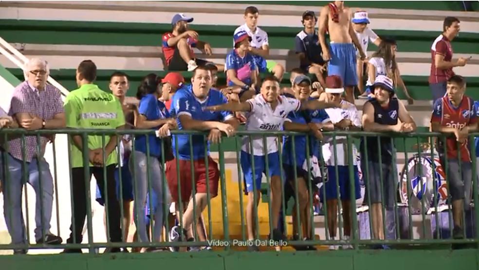 Torcida do Nacional fez gestos em alusão a um avião na Arena Condá (Foto: Reprodução/NSC TV)