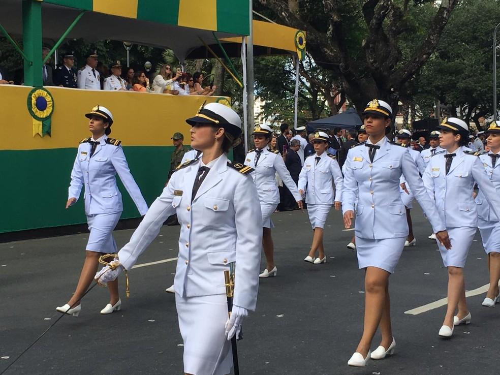 Tropa feminina da Marinha durante desfile do 7 de setembro em Salvador — Foto: João Souza/ G1