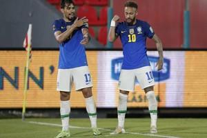 Paquetá e Neymar comemoram um gol