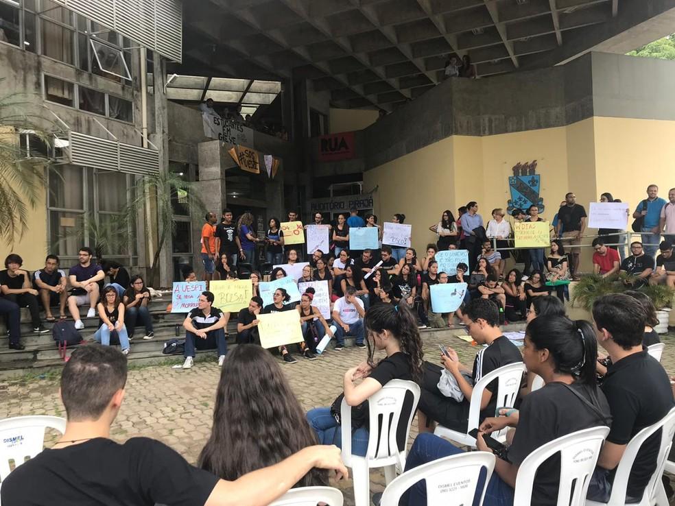 Alunos e professores durante assembleia na Uespi — Foto: Lorena Linhares/G1 PI