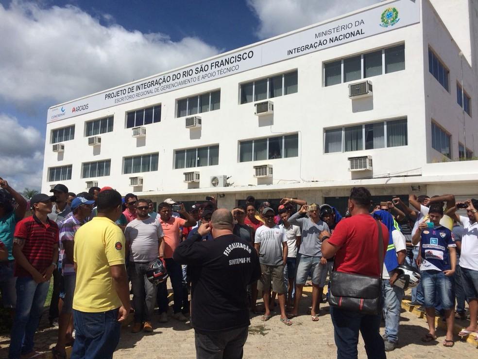 Trabalhadores da EMSA em frente ao escritório regional.  (Foto: Sintepav)